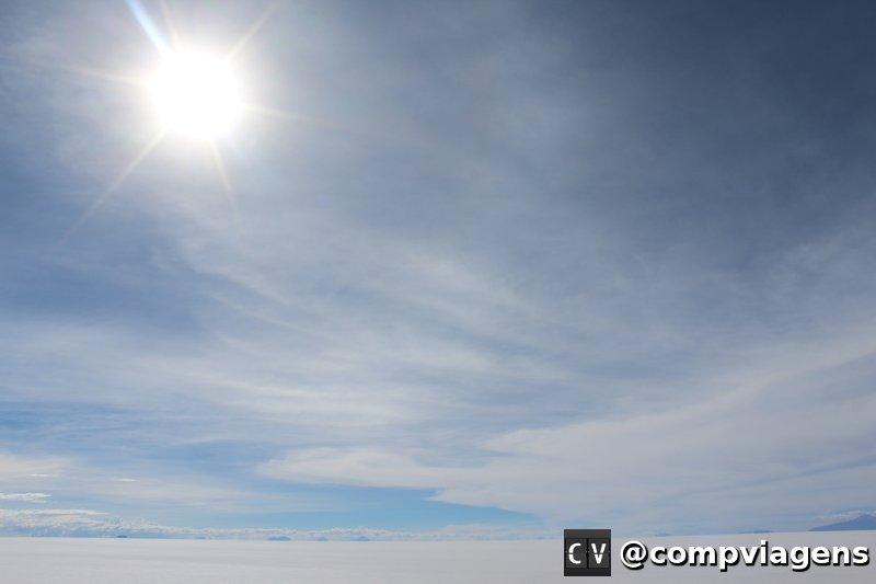 Sol forte no imenso chão branco: óculos de sol é imprescindível
