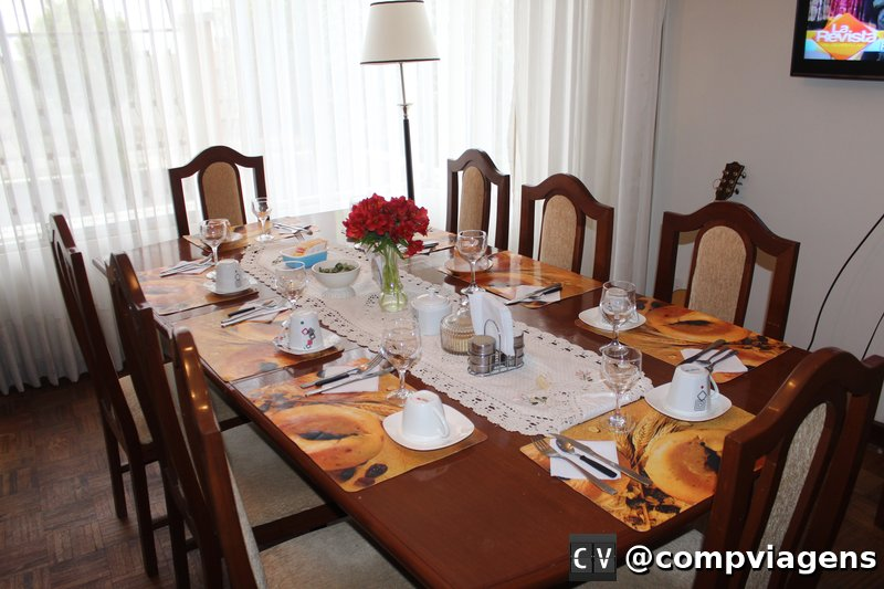 Mesa onde o café da manhã é servido