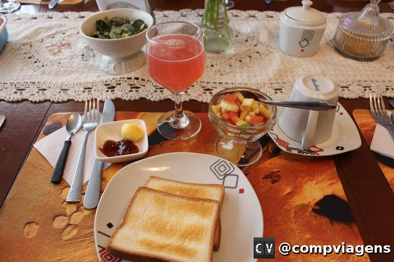 O café da manhã é bem servido, com várias opções