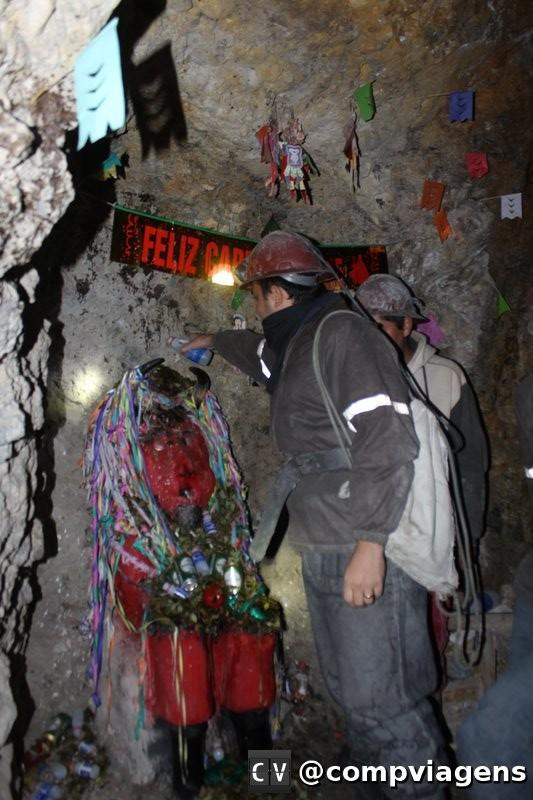 Na entrada da mina, cumprimentando El Tio