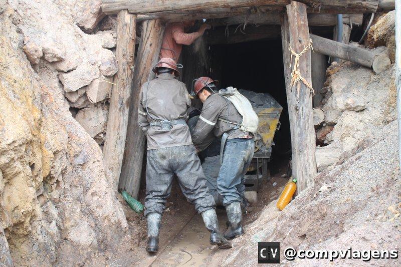 Na saída da mina, Fred ajudando a colocar o vagão nos trilhos