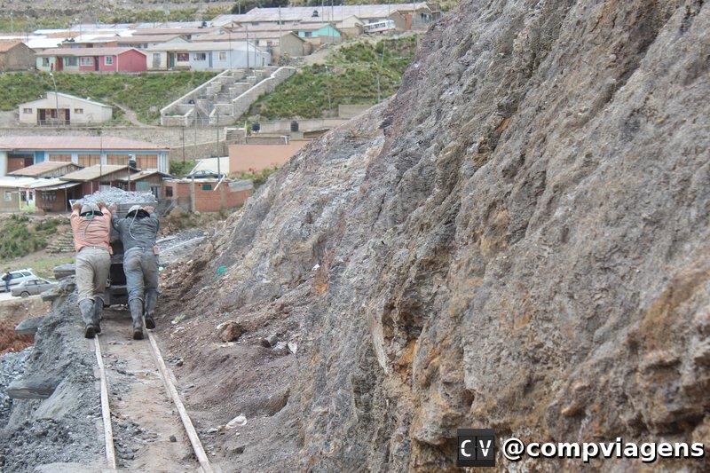 Mineiros retirando a prata da mina