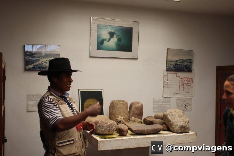 Guia dá explicação no Museu do Ouro