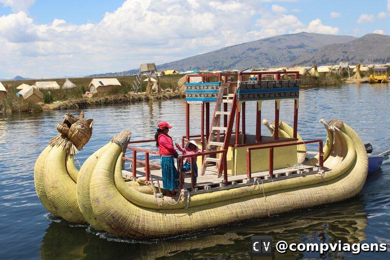 Barco feito de totora