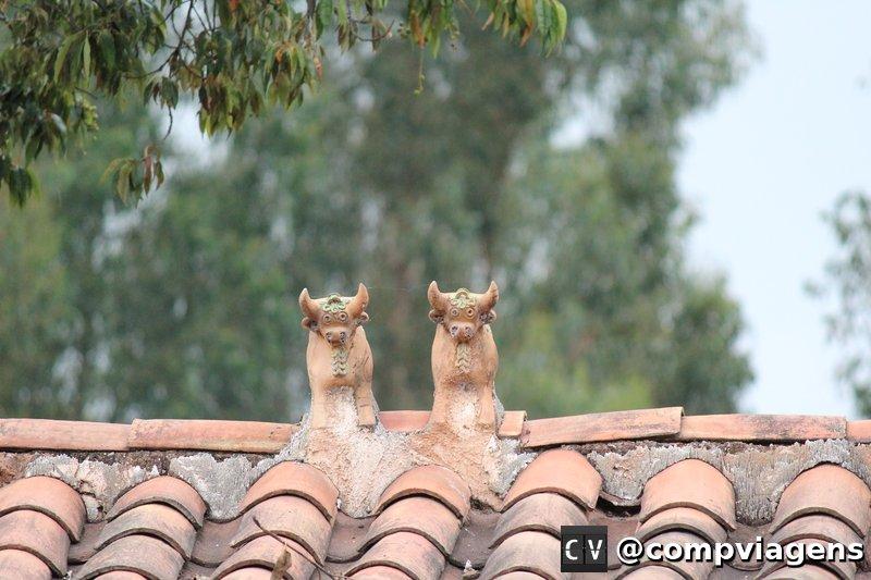 Tradição do Vale Sagrado: Torito de Pucará nos telhados de todas as casas