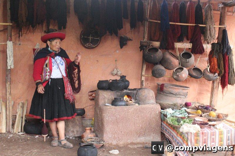 Mulheres de cooperativa têxtil explica o processo artesanal de fabricação de roupas