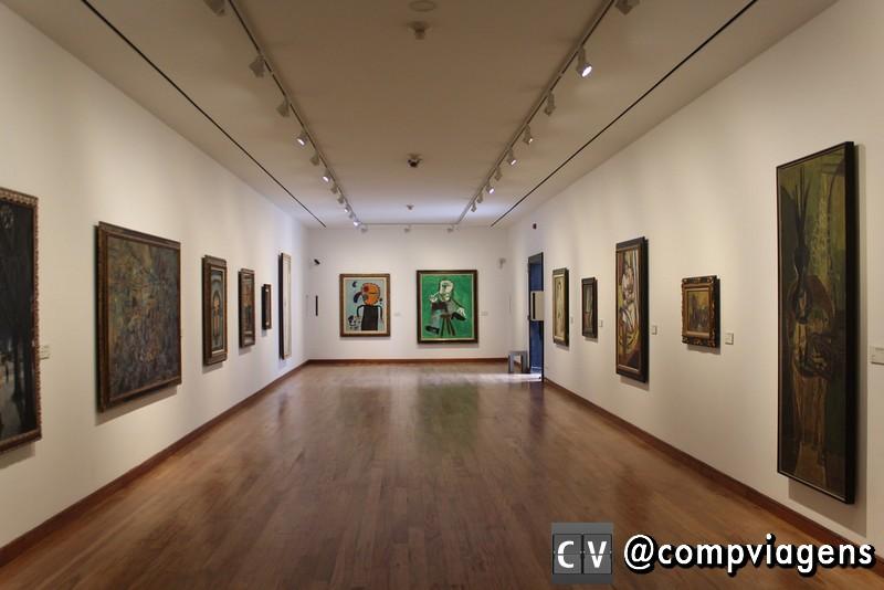 Museu Botero. Ao fundo telas de Miró e Picasso