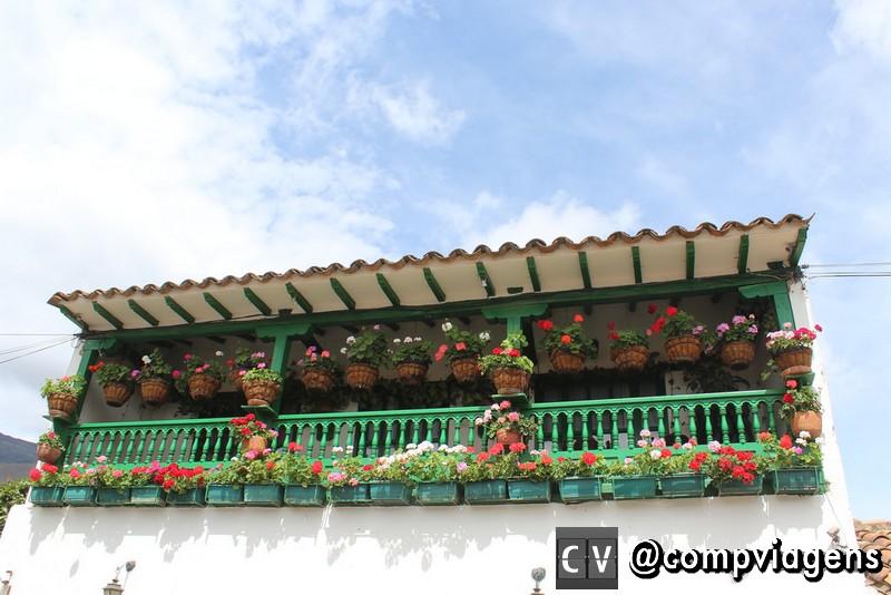 Fachada florida de um dos casarões de Villa de Leyva