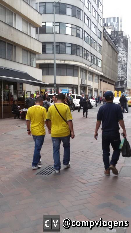 Colombianos com camisa da seleção