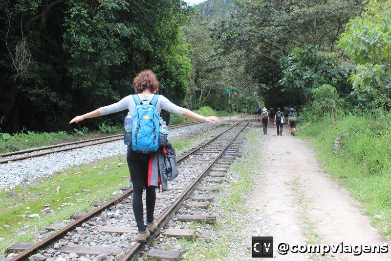 Caminhando pelos trilhos do trem até chegar em Águas Calientes