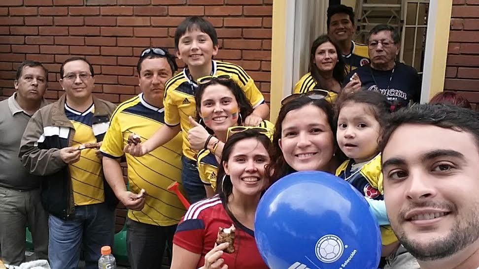 Com Maria Paula (camisa vermelha), Paola (atrás) e sua família no churrasco de Dia dos Pais