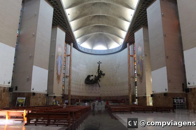 Interior da catedral chama atenção pelos vitrais e cristo de 16 toneladas