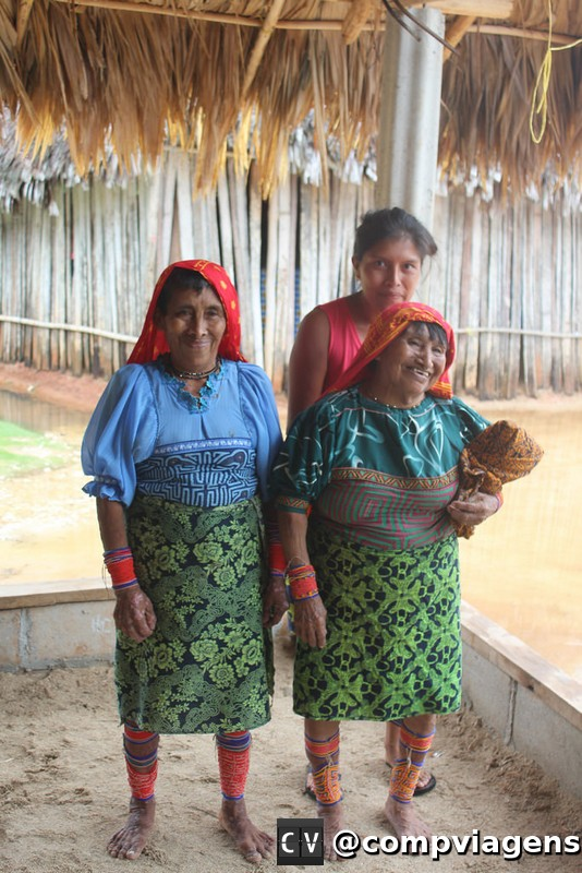 Mulheres kunas tradicionais e moderna