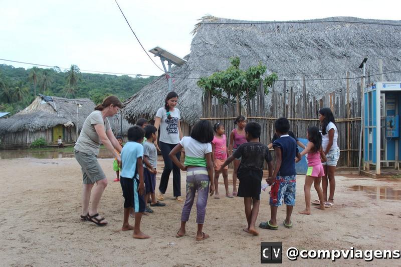Brincadeira com as crianças do vilarejo