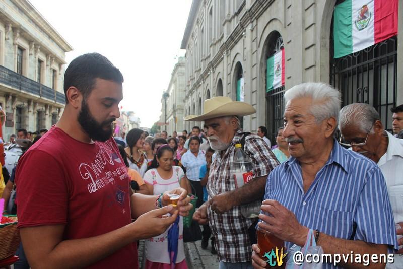 Mexicanos oferecendo mezcal a Fred