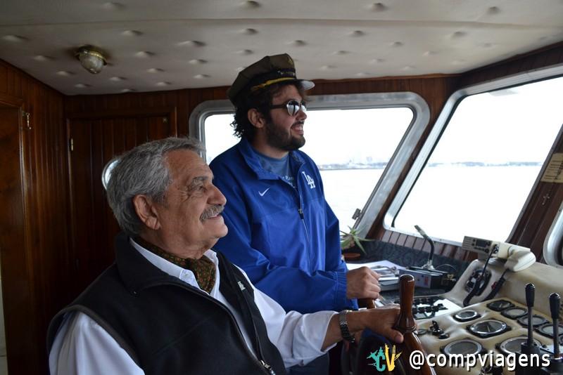 Thyago Macedo com o comandante da embarcação