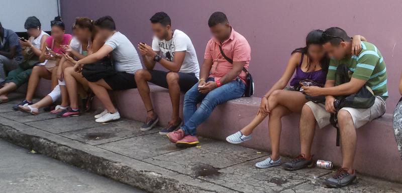 """Novos """"viciados"""" em wi-fi nas ruas de Havana"""