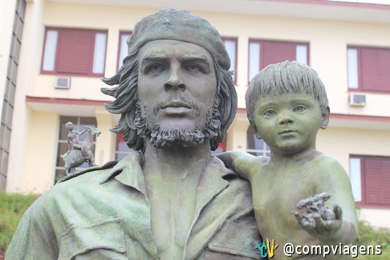 Estátua de Che segurando a criança