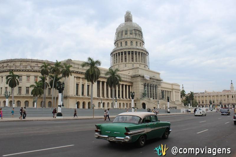 Maioria dos carros antigos em Havana são táxis coletivos