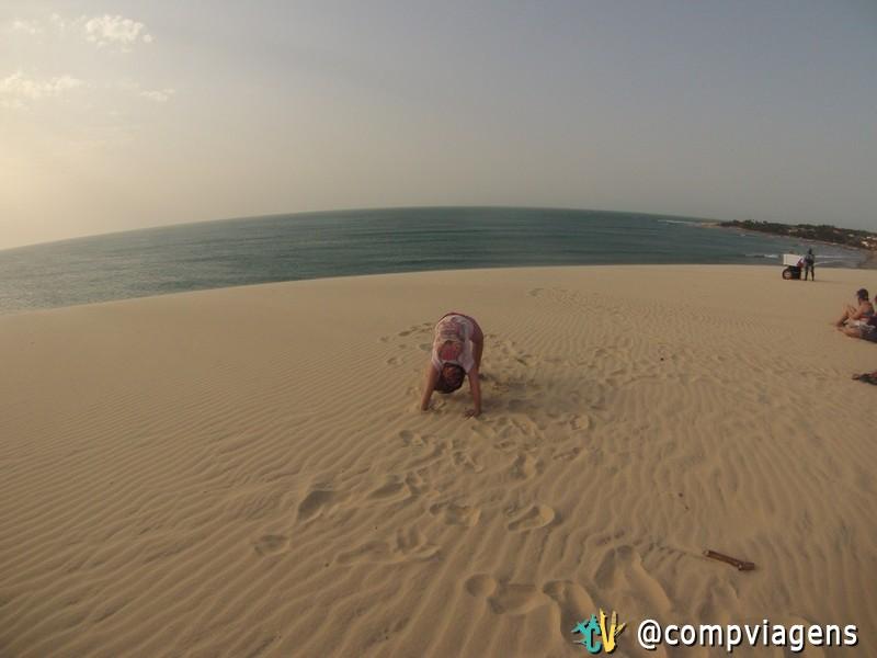 Nossa sobrinha, Maria Clara, brincando na duna do Pôr do Sol