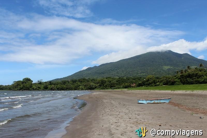 Praia de Santo Domingo, vista para o vulcão MaderasPraia de Santo Domingo, vista para o vulcão Maderas
