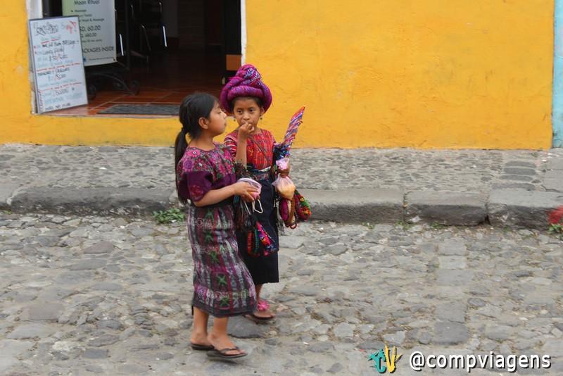 Meninas indígenas vendendo artesanato