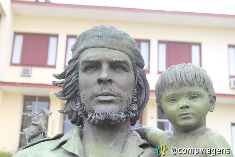 Detalhes da estátua de Che segurando a criança