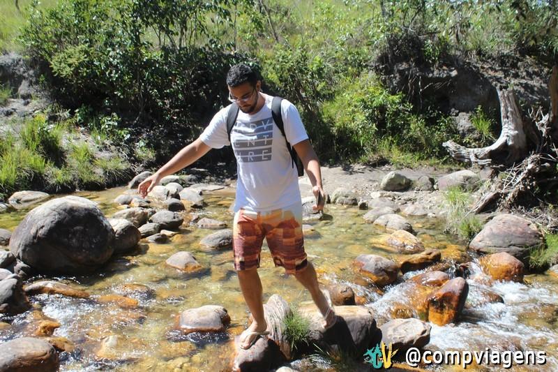Fred atravessando o riacho na trilha para Santa Bárbara