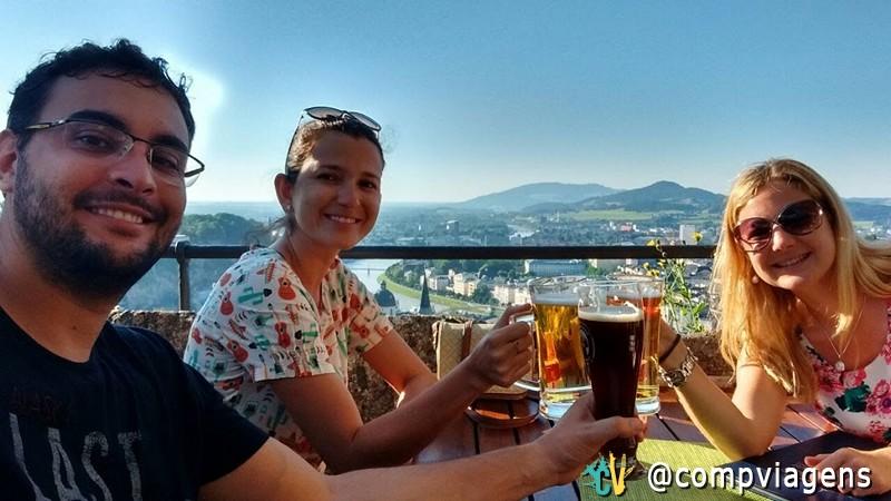 Tomando cerveja com nossa amiga austríaca, em Salzburgo. Reparem: sentamos na sombra e ela no sol