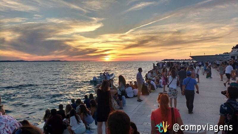 Pôr do sol no órgão marinho de Zadar, por volta das 20h40