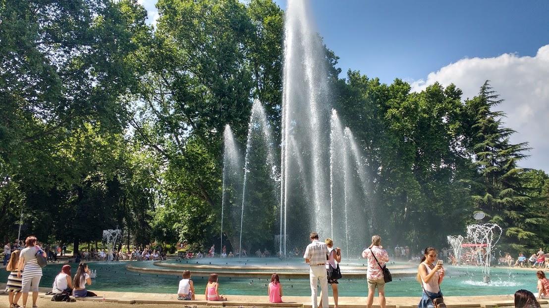 Pessoas se refrescando em fonte, em Budapeste
