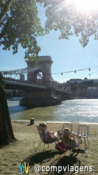 Meninas aproveitam o sol às margens do rio Danúbio, Budapeste