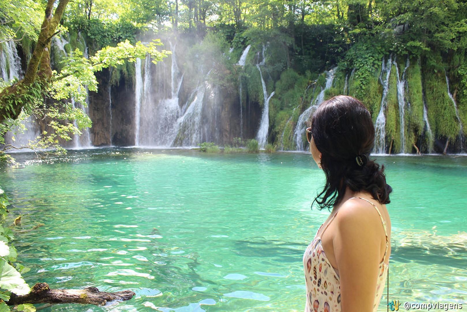 Cor da água dos lagos chama hipnotiza