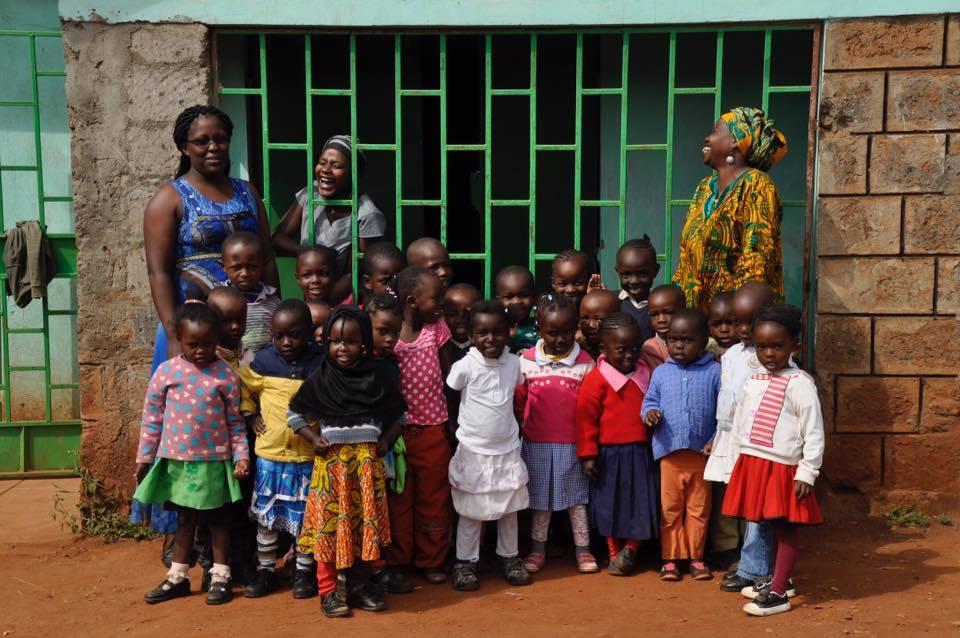 Crianças e professoras da Hai África, em frente a sede atual