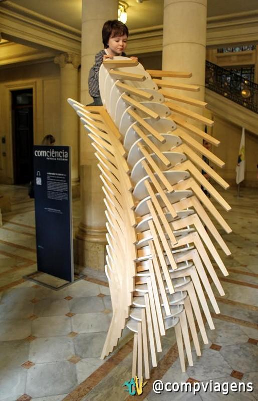 Escultura da exposição ComCiência na entrada do CCBB BH