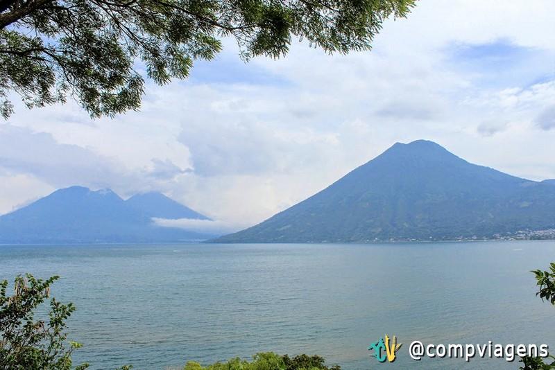 O Lago Atitlán é cercado por 3 vulcões