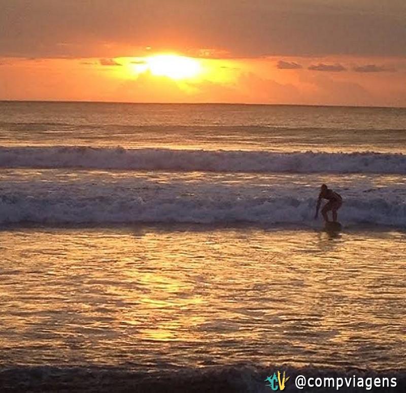 Eu surfando em Bali