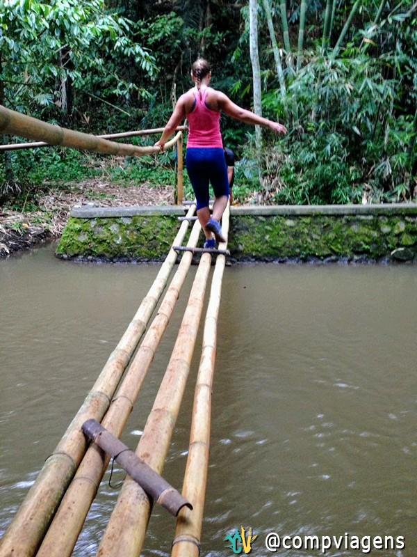 Cruzando uma ponte de bambu durante a corrida