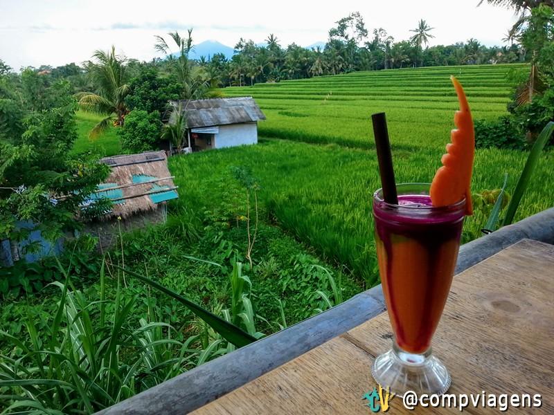Relaxando enquanto comia e bebia no Sari Organik com essa vista espetacular