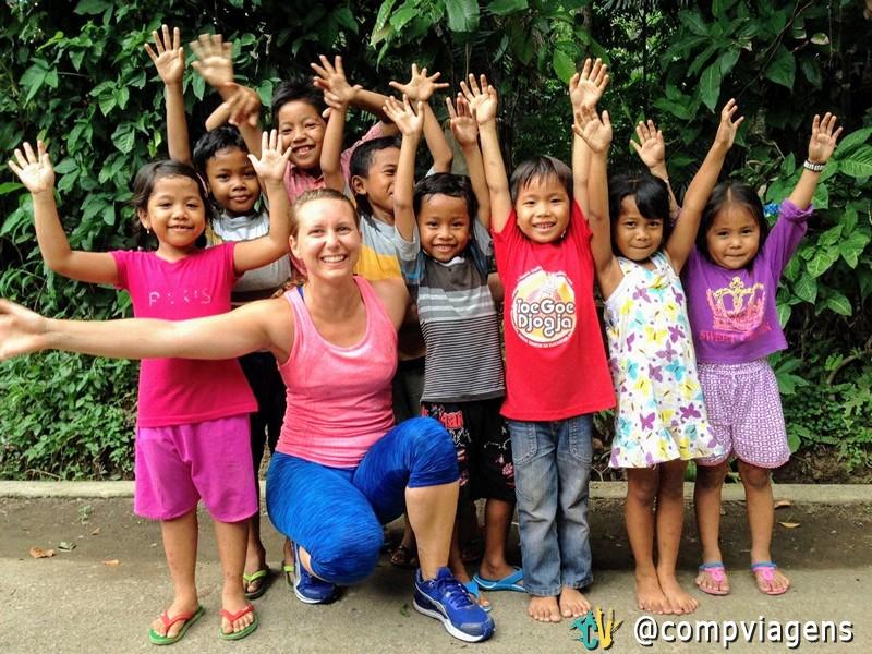 Encontrando crianças balinesas participando da corrida Bali Hash House Harrier