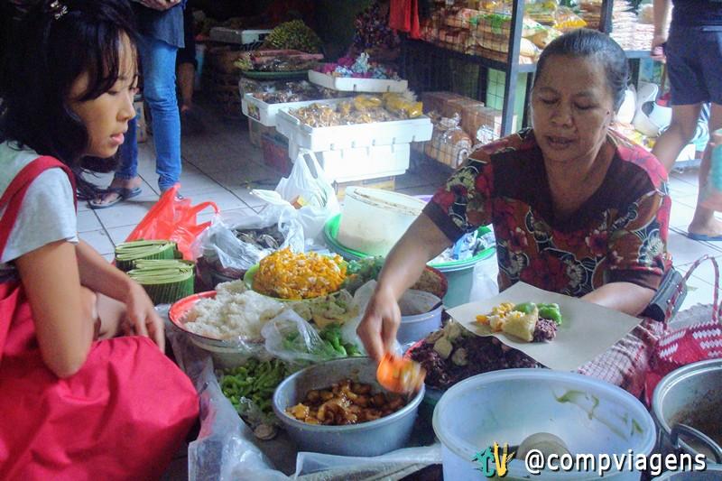 Meliana comprando café da manhã no mercado de comida local de Ubud
