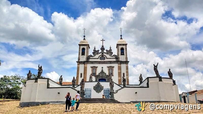 Basílica de Bom Jesus de Matosinhos com os doze profetas esculpidos por Aleijadinho