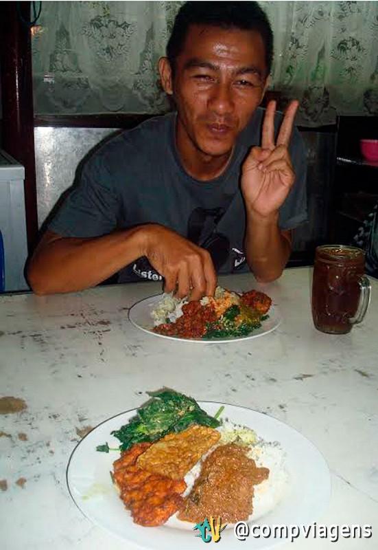 Ferdi comendo Nasi Padang, tipicamente, com as mãos