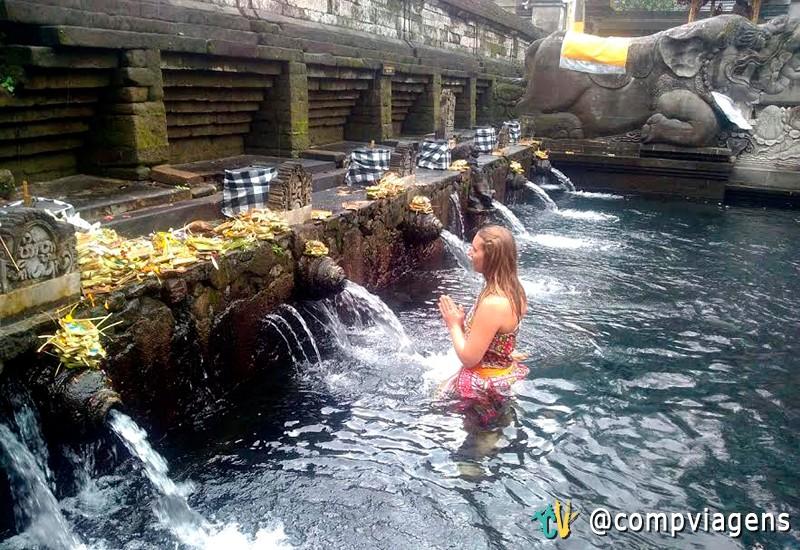 Rezando nas águas sagradas do Tirta Empul Temple