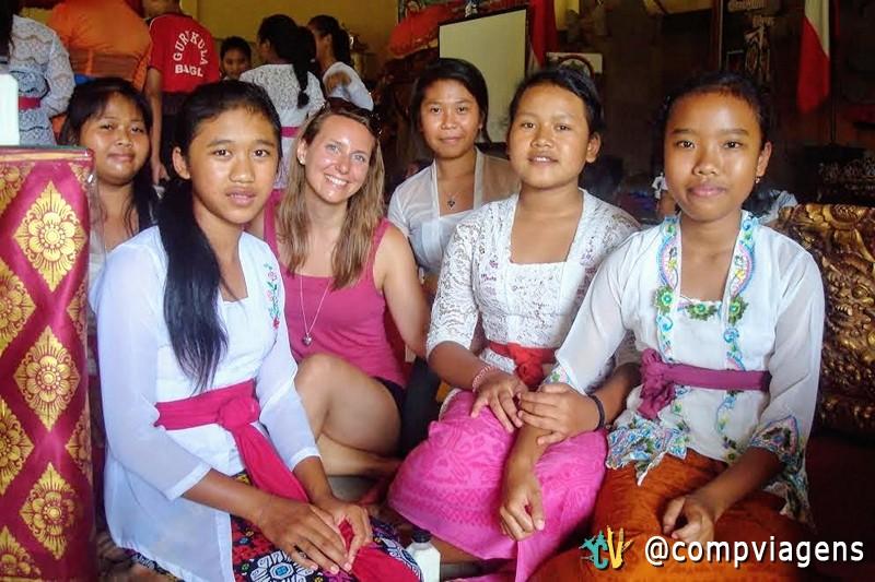 Com Kadek Ayu (na frente e esquerda) e outras garotas no Pasraman Gurukula Bangli