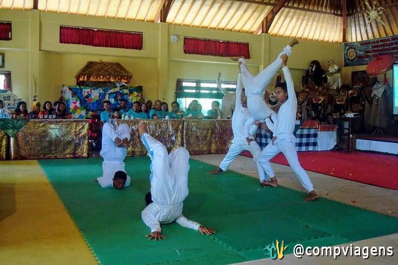 Performance de Yoga no orfanato Pasraman Gurukula Bangli