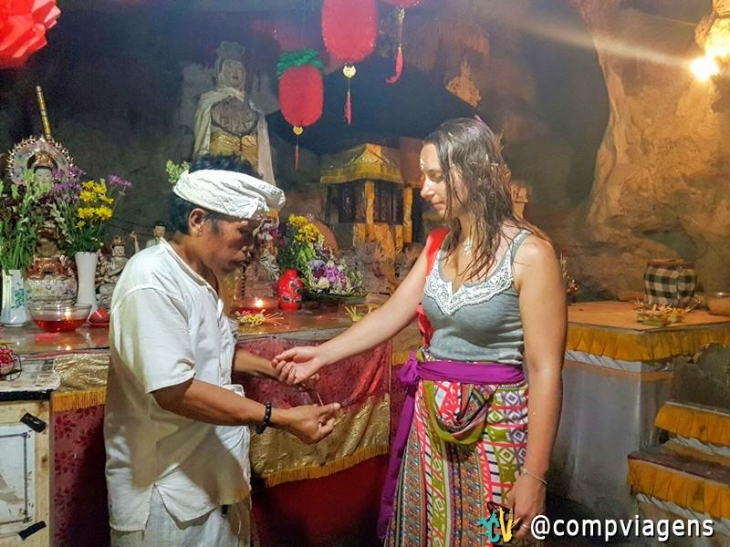 Recebendo a pulseira sagrada Benang Sri Datu no Templo Giri Putri