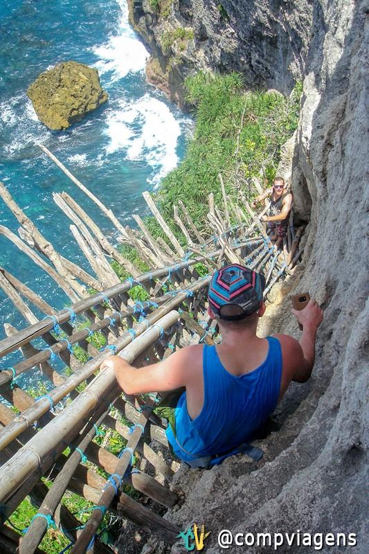 Luke e Markus na assustadora escada de bambu feita à mão