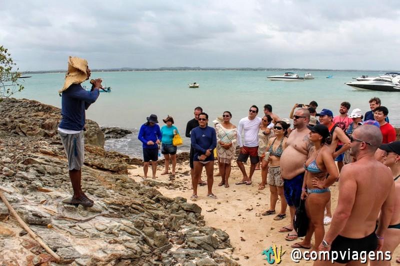 Guia William dando explicações aos turistas sobre a ilha