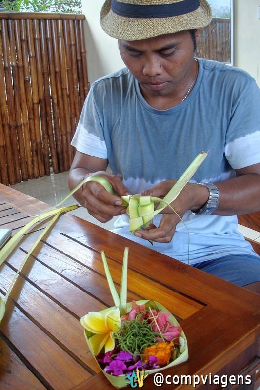 Ketut me mostrando como fazer uma oferenda típica balinesa